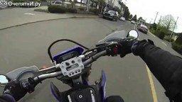 Смотреть Мотоциклист помог инвалиду