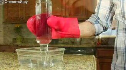 Как наполнить бутылку водой кверху ногами смотреть видео - 0:38