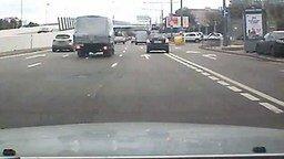 Мощный магнит в припаркованном авто смотреть видео прикол - 0:24