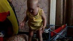 Смотреть Дочка общается с папаней