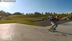 Смотреть Сложный скейтерский трюк