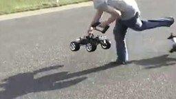Смотреть Машинка сбила парня с ног