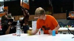 Ловкий фокусник с костями и стаканчиками смотреть видео - 2:25