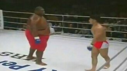 Смотреть На ринге против огромного амбала