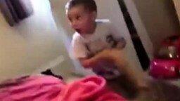 Малыш нашёл мамину игрушку... смотреть видео прикол - 0:36