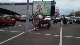 Смотреть Необычный транспорт на парковке