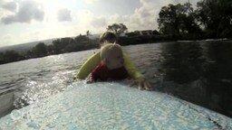 Смотреть Малыш впервые плавает на доске