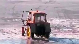 Смотреть Трактор провалился под лёд