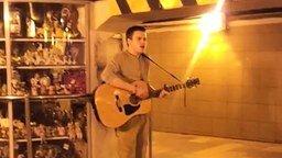 Смотреть Способный гитарист в переходе