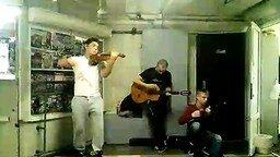 Смотреть Энергичные музыканты в метрополитене
