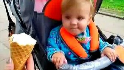 Смотреть Первое в жизни малышки мороженое