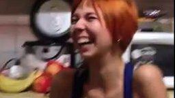 У девушки смех тюленя смотреть видео - 1:10