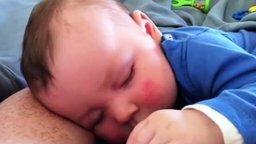Малыш спит и угарает смотреть видео прикол - 0:45