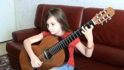 Дебют маленькой гитаристки смотреть видео - 0:45