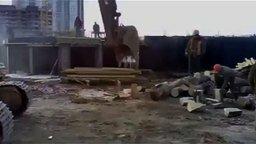 Смотреть Как строители колют дрова