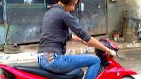 Женский дебют на мотоцикле смотреть видео прикол - 0:13