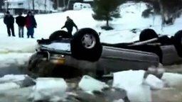 Смотреть Неудачно вытащили машину из проруби