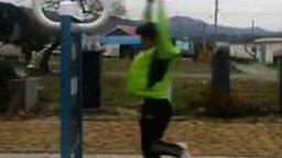 Смотреть Забавный уличный корейский тренажёр