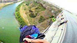 Смотреть Меткий прыжок с парашютом с моста