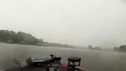 Смотреть Удар молнии в воду