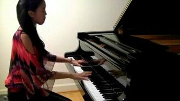Смотреть Кореянка играет на пианино