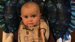 Смотреть Эмоциональный малыш реагирует на мамину песню