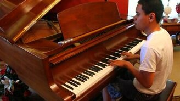 Смотреть Слепой молодой пианист