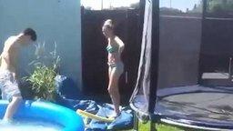 Неудавшийся прыжок в бассейн смотреть видео прикол - 0:45