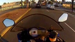 Крайне везучий мотоциклист смотреть видео прикол - 0:22
