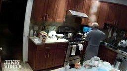 Бабушка в халате в огне смотреть видео прикол - 0:16