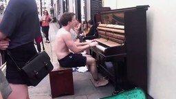Смотреть Уличный пианист в шортах