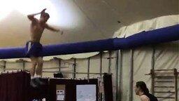 Смотреть Так гимнасты катаются на качелях