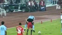 Смотреть Неоднозначный финт футболиста