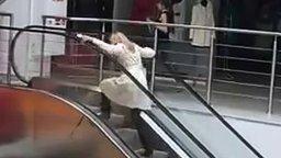 Смотреть Блондинка против эскалатора