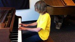 Смотреть Эксцентричный юный пианист в магазине