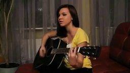 Смотреть Девушка поёт песню Война