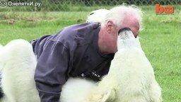 Смотреть Дружба мужика и белого медведя