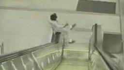 Идиот на эскалаторе смотреть видео - 0:15
