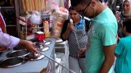 Ловкий продавец мороженого смотреть видео прикол - 1:04