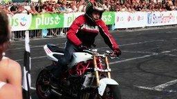 Парень, который умеет общаться с мотоциклом смотреть видео - 3:32