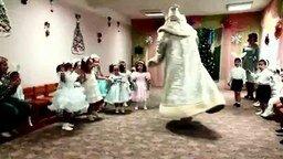 Смотреть Дед Мороз навеселе
