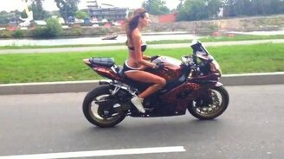 Смотреть Трюкачка на мотоцикле