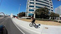 Смотреть Велосипедист буквально на высоте