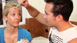 Смотреть Парень делает макияж своей девушке