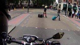 Смотреть Мотоциклист подгоняет пешеходов