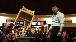 Человек, который находит равновесие во всём смотреть видео - 2:30
