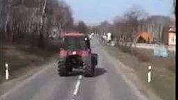 Смотреть Пьяный чудик на тракторе