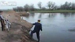 Смотреть Обычная рыбалка в деревне