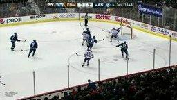 Смотреть Удачный жест хоккейного вратаря