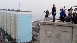 Смотреть Разыграли девушку во время прыжка